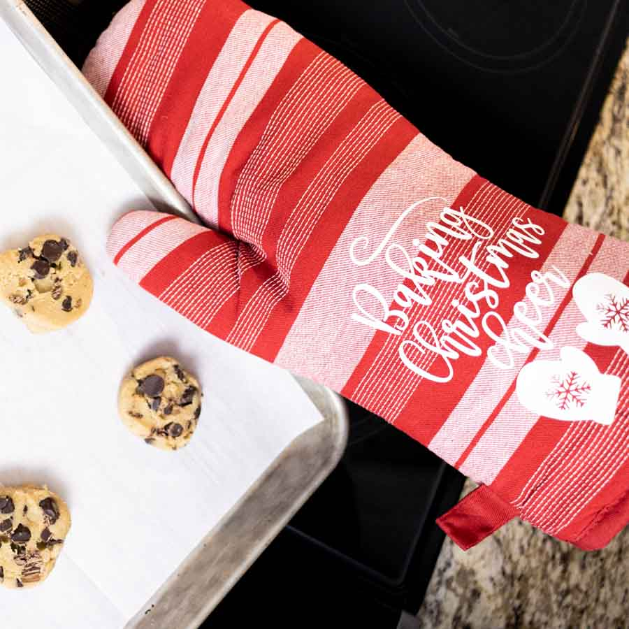 Baking Christmas Cheer Oven mitten made with cricut